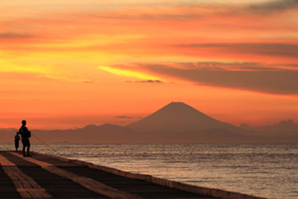 See the setting sun sink into Tokyo Bay while enjoying a wonderful view of Mt. Fuji.